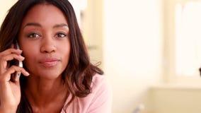 Nätt ringa för brunettkvinna arkivfilmer