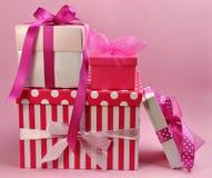 Nätt rosa färggåvor och gåvor Royaltyfria Bilder