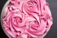 Nätt rosa färgkaka med florsockerrosor Arkivfoto