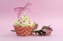 Nätt rosa muffin med gränsen - rosa silkerosknopp Fotografering för Bildbyråer