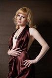 Nätt säker blond flicka i aftonklänning. Arkivbild