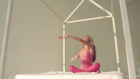 Nätt sammanträde för ung kvinna i lotusblommaposition stock video