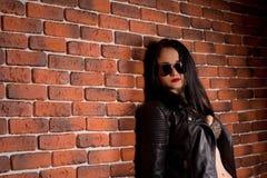 Nätt sexig brunettkvinna i läderomslag Fotografering för Bildbyråer