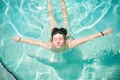 nätt simningkvinnabarn royaltyfria bilder