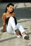 nätt sittande solglasögonkvinnabarn Fotografering för Bildbyråer