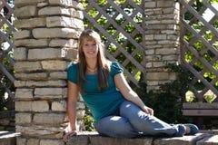 nätt sittande vägg för flicka royaltyfri bild
