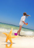nätt sjöstjärna för strandflicka Arkivfoto