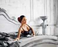 Nätt slank brunettkvinna som vilar i den lyxiga ruminre, vint Royaltyfria Foton