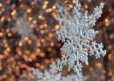 Nätt snowflakegarnering i ett shoppafönster Royaltyfria Bilder