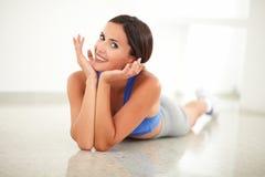 Nätt sportig kvinna i yogagrupp som ser dig Arkivbild
