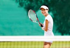 Nätt sportswoman med racqueten Royaltyfri Bild