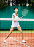 Nätt sportswoman på tennisbanan Royaltyfria Bilder
