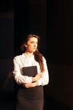 Nätt stående för affärskvinna med blocket Royaltyfri Fotografi