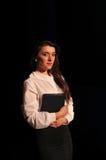 Nätt stående för affärskvinna med långt hår Arkivbild