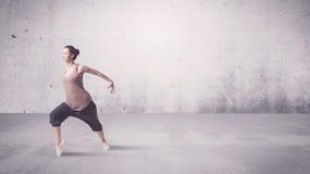Nätt stads- dansare med tom bakgrund Arkivbilder