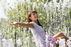 nätt strömmar för springbrunnflicka Royaltyfria Foton