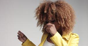 Nätt svart flicka med stort hår som poserar videoen arkivfilmer