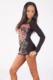 Nätt svart kvinna i blommigt blusanseende Royaltyfria Foton