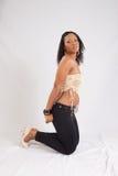 Nätt svart kvinna i den vita blusen Arkivbild