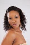 Nätt svart kvinna i den vita blusen Royaltyfri Foto