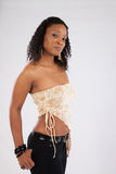 Nätt svart kvinna i det vita blusanseendet Royaltyfri Fotografi