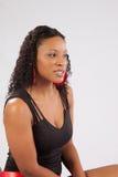 Nätt svart kvinna i lblackblus Arkivbilder