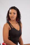 Nätt svart kvinna i lblackblus Fotografering för Bildbyråer
