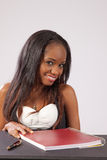 Nätt svart kvinna med anteckningsboken Royaltyfria Foton