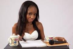 Nätt svart kvinna med anteckningsboken Arkivbilder