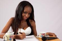 Nätt svart kvinna med anteckningsboken Arkivfoto