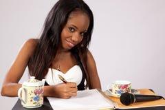 Nätt svart kvinna med anteckningsboken Royaltyfri Foto