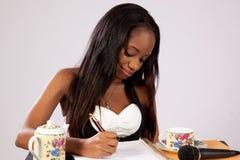Nätt svart kvinna med anteckningsboken Royaltyfria Bilder