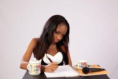 Nätt svart kvinna med anteckningsboken Arkivfoton