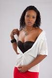 Nätt svart kvinna som hänsynsfullt ser Royaltyfri Fotografi