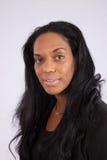 Nätt svart kvinna som ler på kameran Arkivfoton