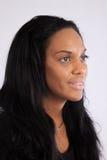 Nätt svart kvinna som ler på kameran Royaltyfri Foto