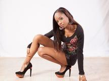 Nätt svart kvinna som squatting Royaltyfria Bilder