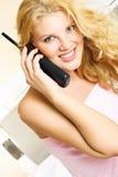 nätt talande kvinna för telefon Royaltyfria Bilder