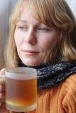 nätt teakvinna för kall kopp Arkivbilder