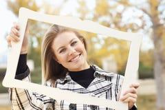 Nätt Teen le i en Park med bildramen Arkivbild