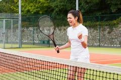Nätt tennisspelare som firar en seger Arkivfoton