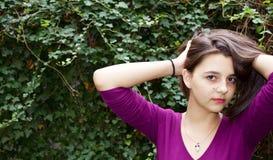 Nätt tonårig flicka med lyfthänder Arkivfoto
