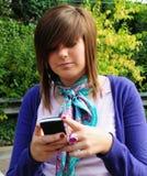 nätt tonåring som texting Arkivfoto