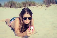 Nätt tonårs- flicka i solglasögon på stranden Fotografering för Bildbyråer