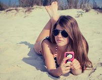 Nätt tonårs- flicka i solglasögon på stranden Royaltyfri Bild