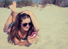 Nätt tonårs- flicka i solglasögon på stranden Royaltyfri Fotografi