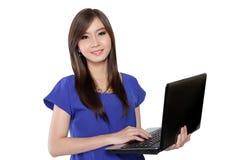 Nätt tonårs- flicka som rymmer bärbara datorn fotografering för bildbyråer