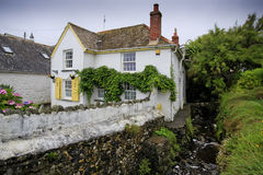 Nätt traditionellt hus vid en ström - liggande Royaltyfri Foto