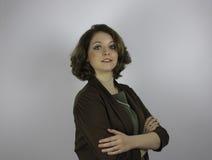 Nätt ung affärskvinna med croseed armar Royaltyfria Bilder