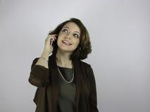 Nätt ung affärskvinna på mobiltelefonen Arkivfoton